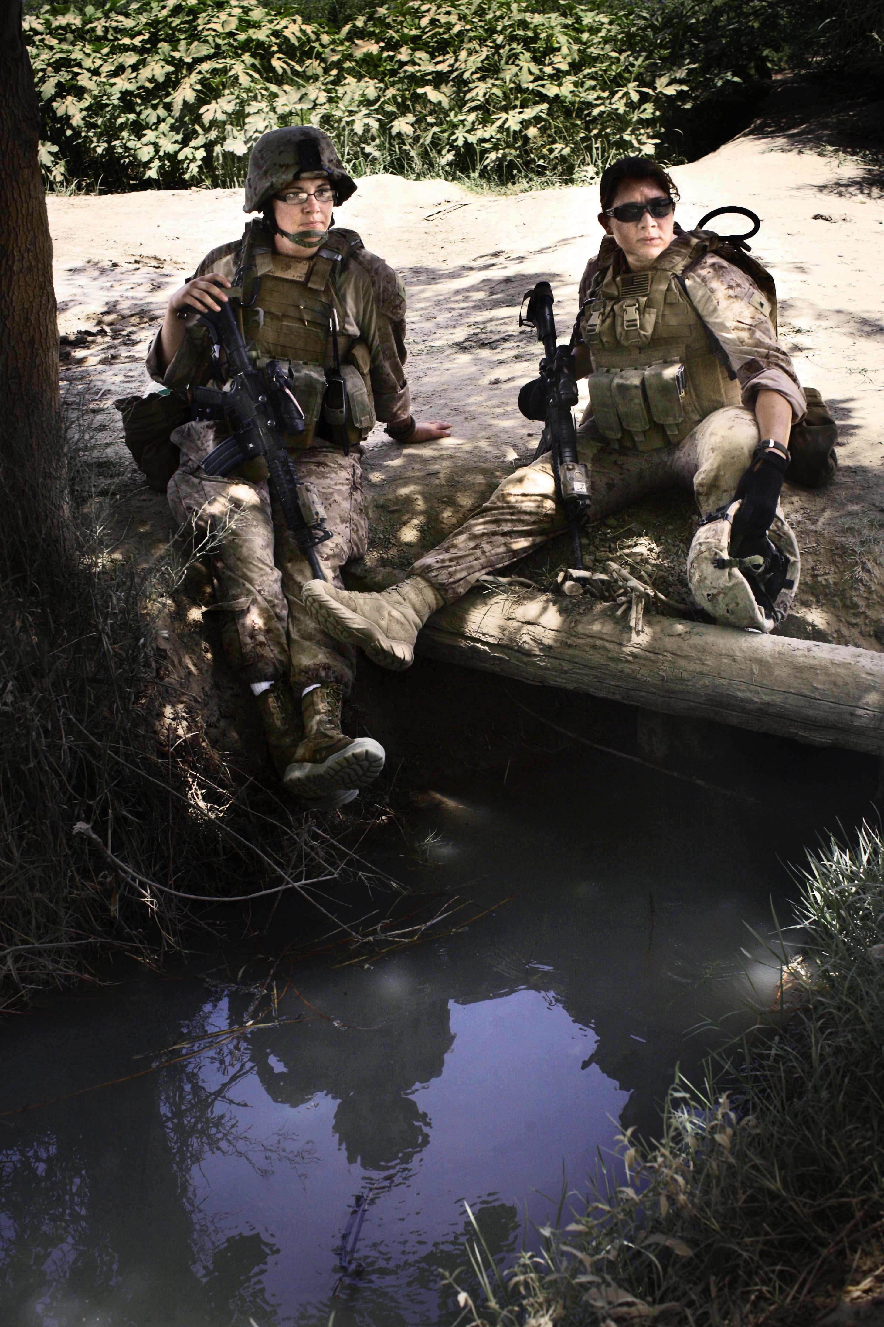 NAWA, AFGHANISTAN- JULY, 2010- Soldate 1ere classe, Angela Pacheco (32) et Caporale, Heather Sample (22) se reposent durant une patrouille à pieds de 5 heures sous un soleil de plomb dans la province de Nawa. (Picture by Veronique de Viguerie/Reportage by Getty Images)