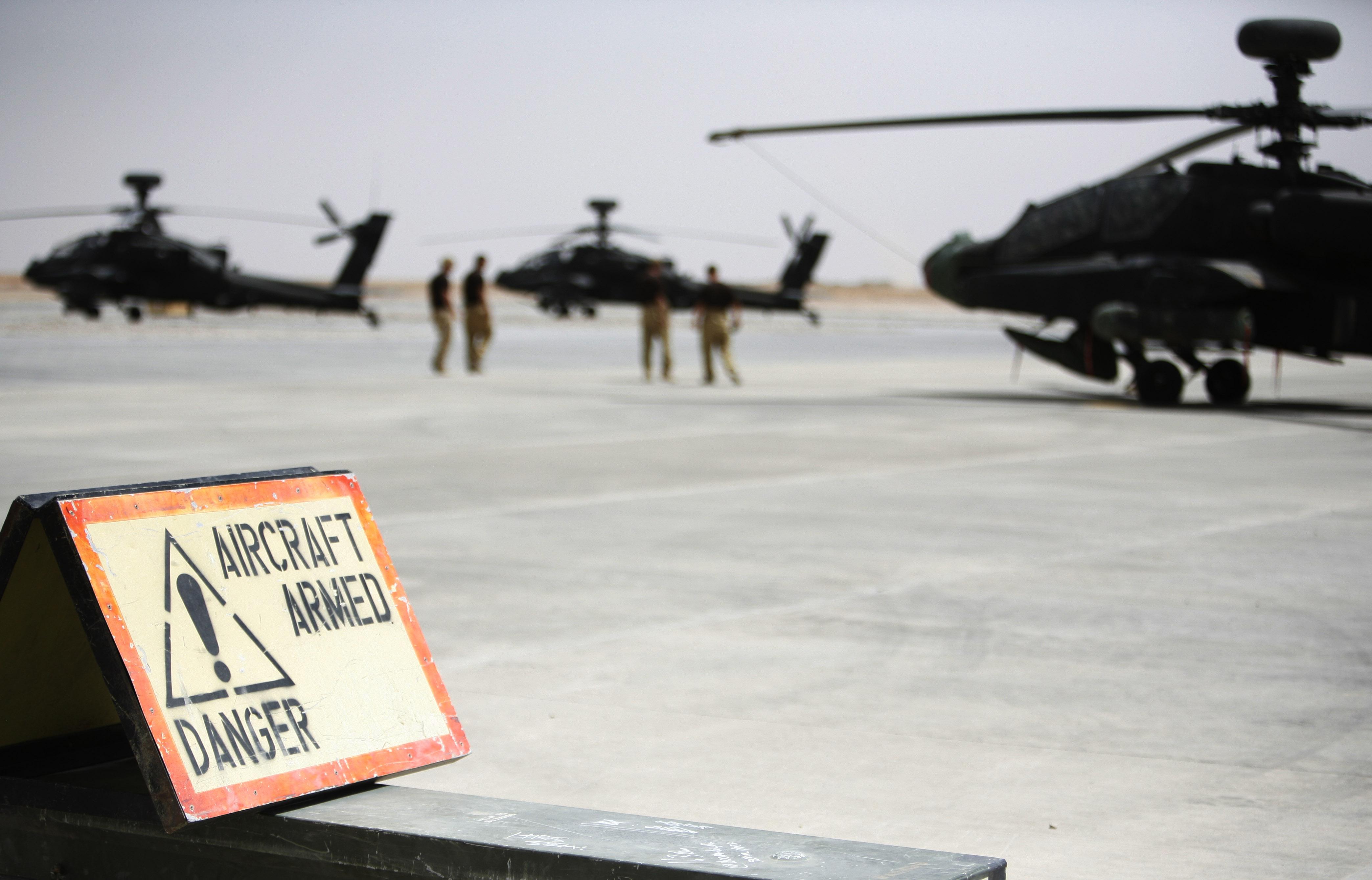 Les hélicoptères Apaches attendent de partir pour lâcher leurs bombes.