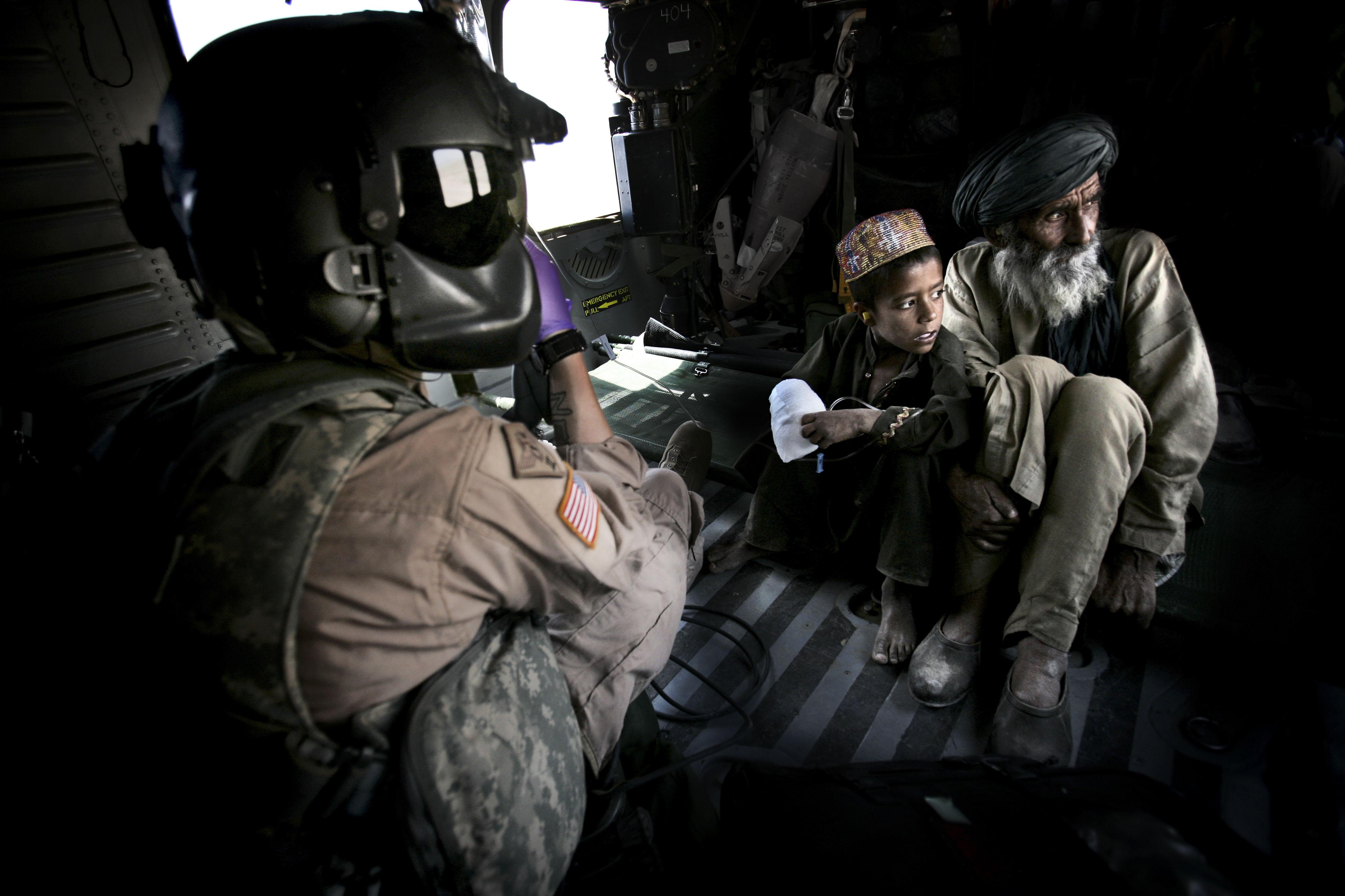 Un petit garçon s'est fait explosé la main avec une grenade. Les américains l'évacue avec son père en hélicoptère pour qu'il reçoive des soins dans un de leur hôpital militaire.