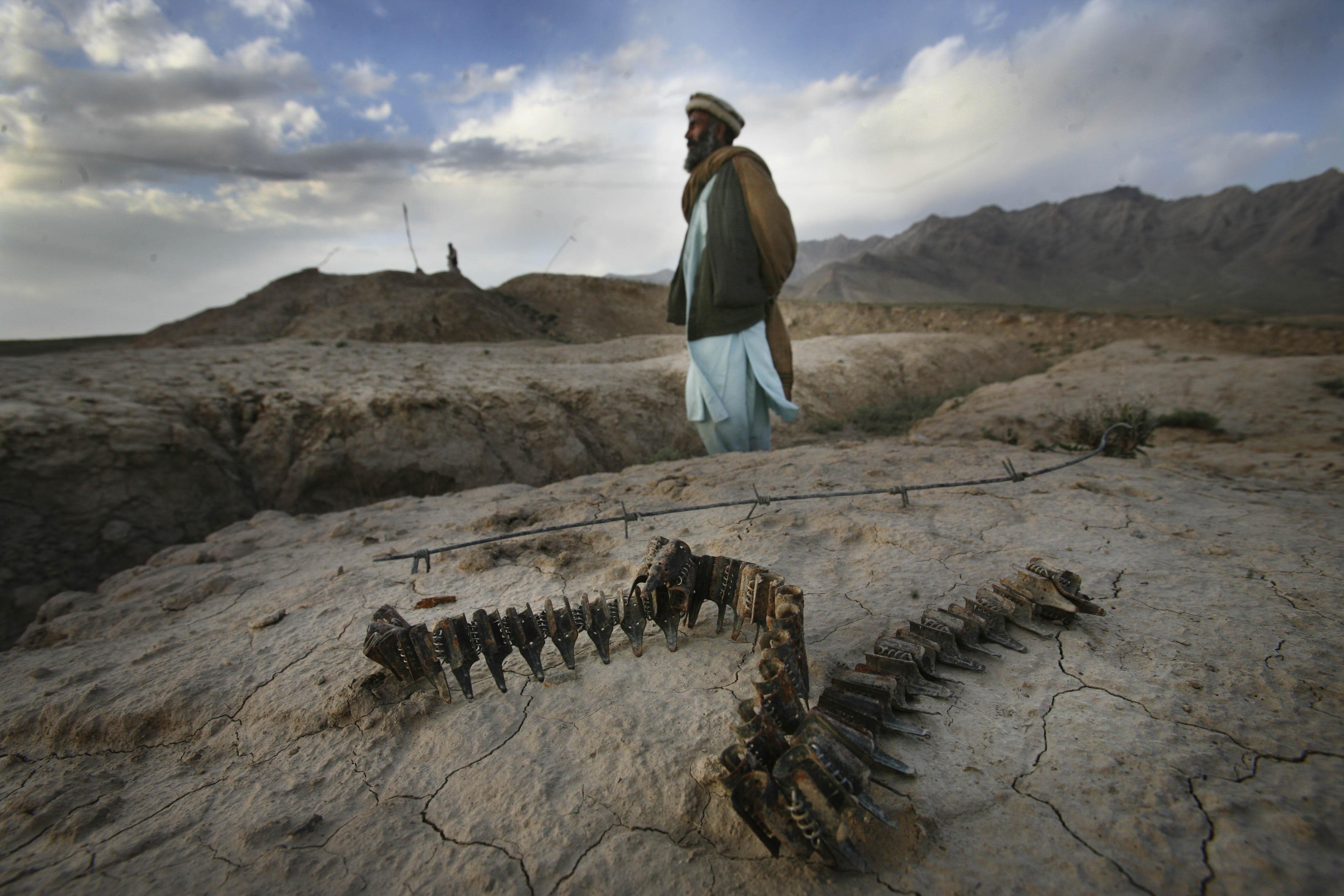 Un homme se tient sur le lieu d'un charnier au nord de Kaboul.