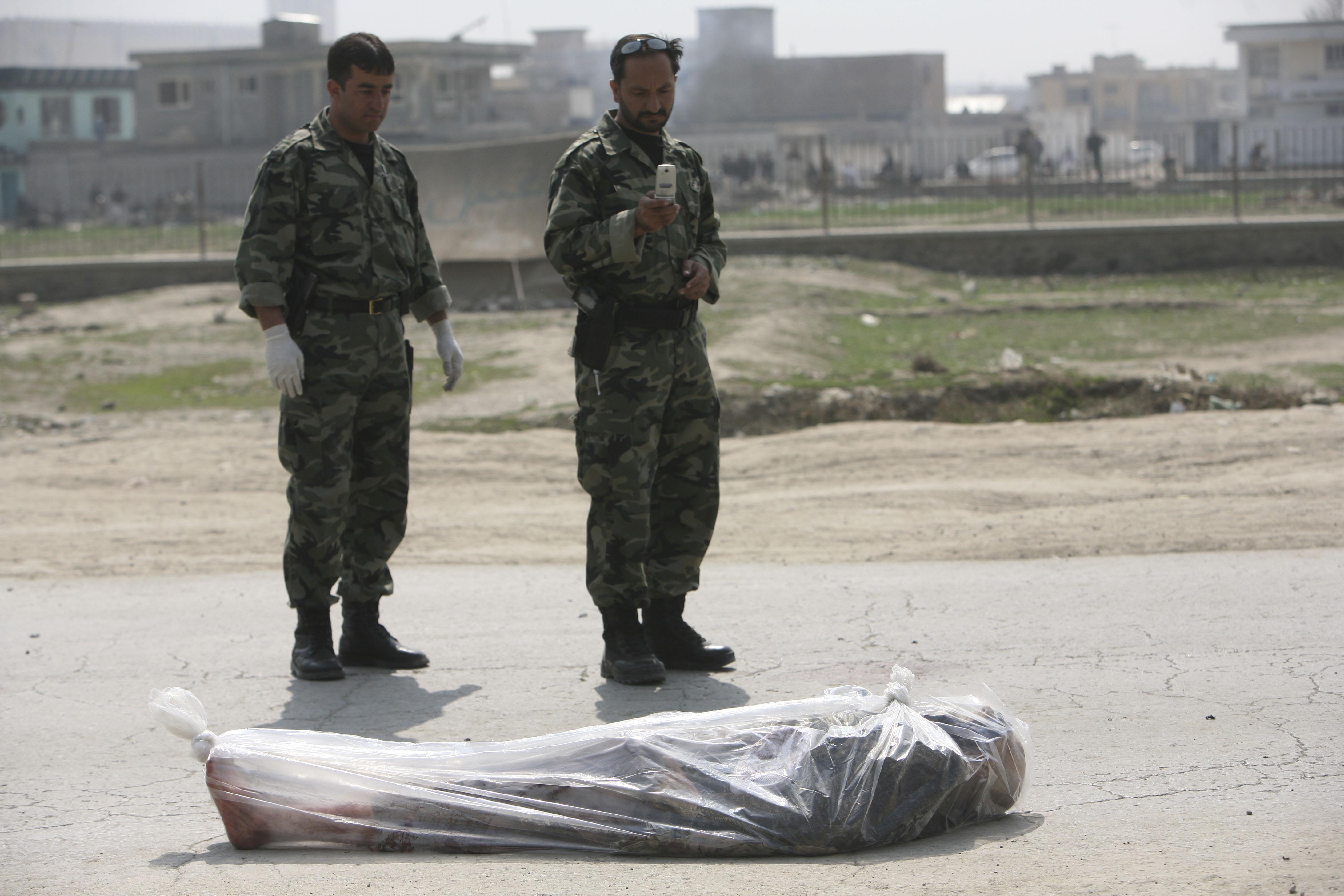 Deux kamikazes Taliban se sont fait explosés sur un convoi, emportant avec eux un viel homme qui vendait du yahourt sur le bord de la route. La mort est tellement présente qu'elle n'éffraie plus. Des soldats afghans prennent la victime en photo avec leur téléphone portable.