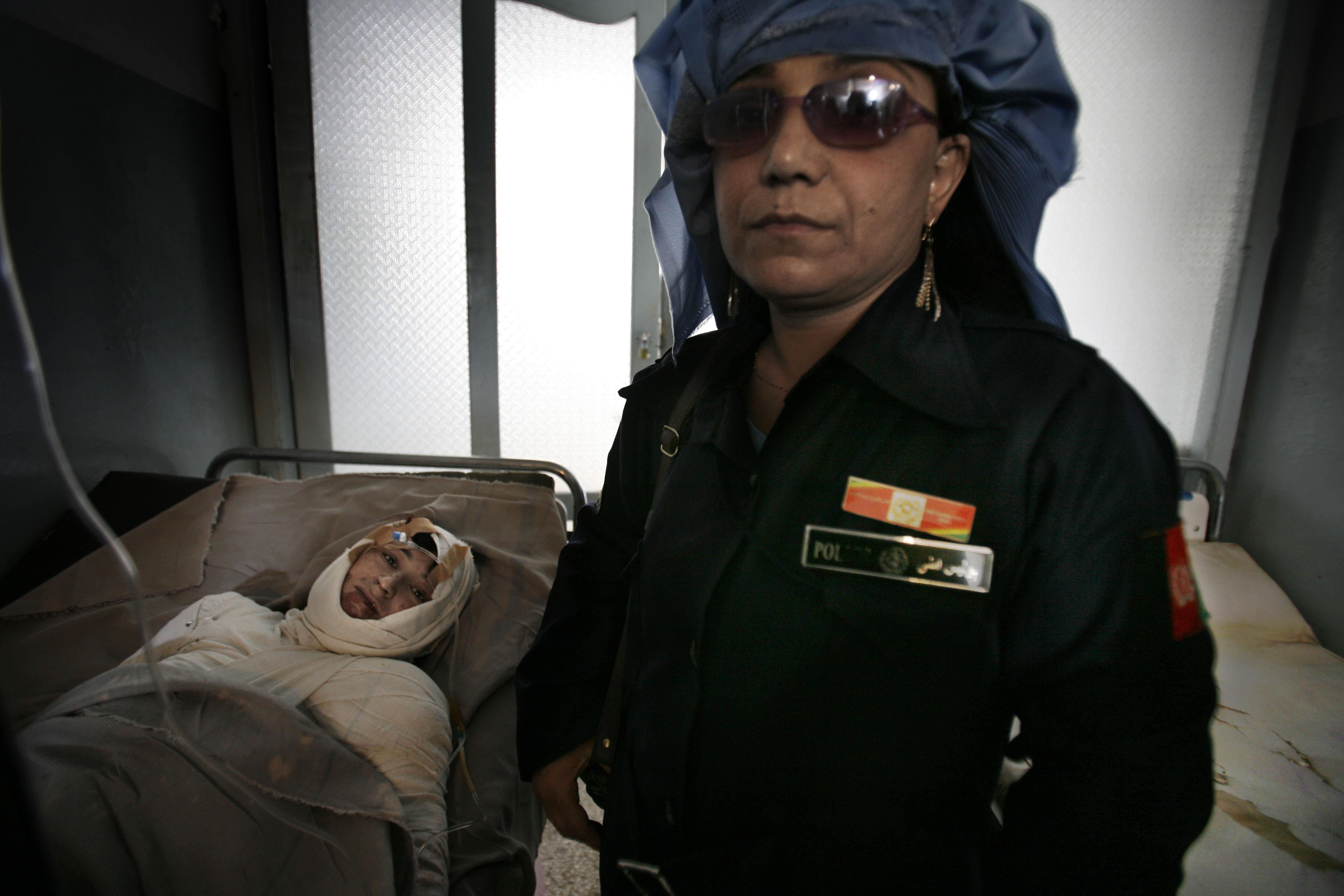 Gulalai, 19 ans, maman d'une petite fille, n'en pouvait plus de ce régime opressif, de se faire battre par son mari. Elle a décidé de se donner la mort en se brûlant vive. Une femme-flic vient prendre sa déposition sur son lit de mort à l'hôpital d'Hérat. Son mari sera arrêté et emprisonné pendant quelques semaines.