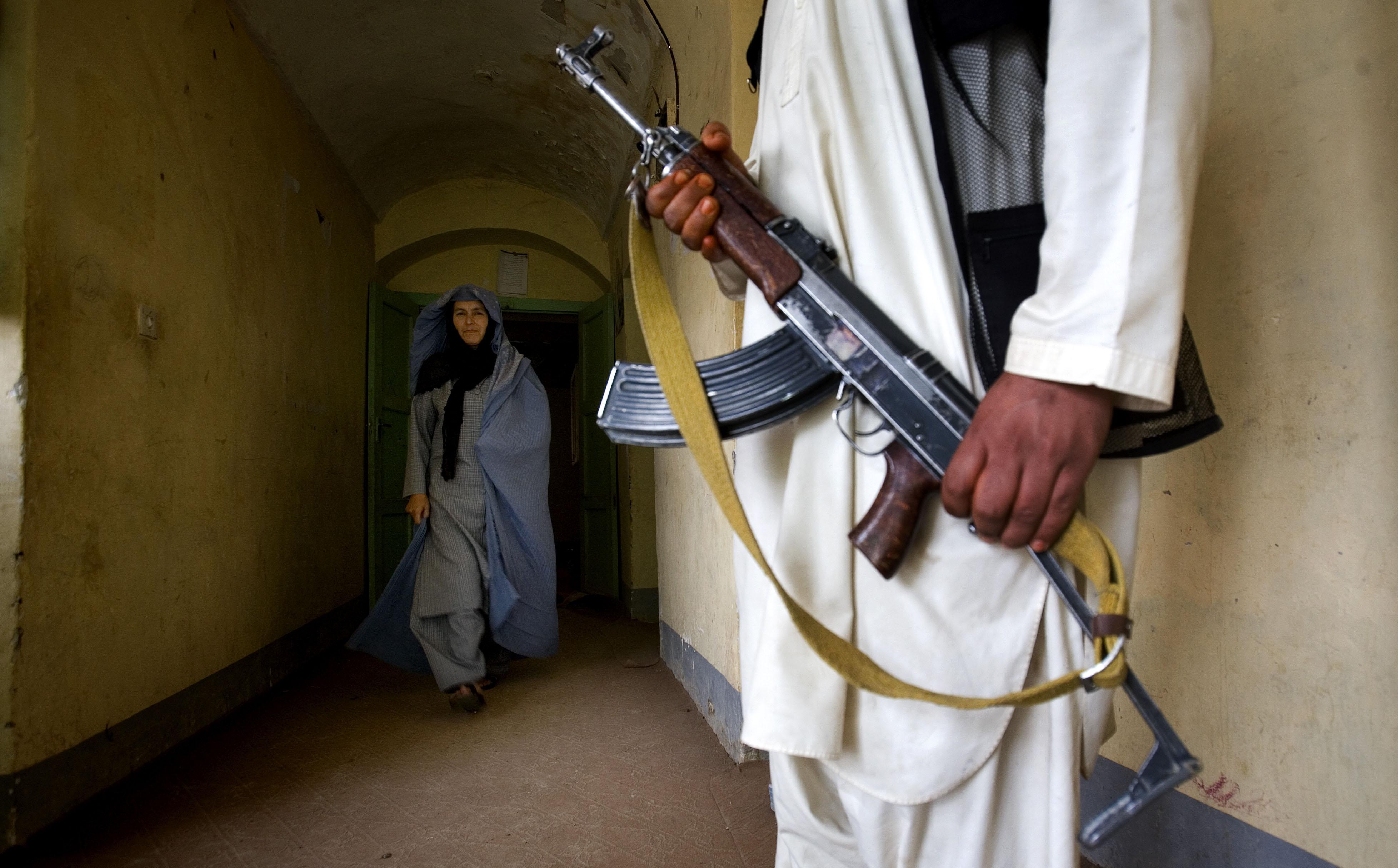 Faouzia Olimi , responsable du ministère des affaires féminines à Lash Kargah. Faouzia a échappé à plusieurs attentats commandités par les taliban. Elle se bat pour les femmes au risque de sa vie. Elle est accompagnée d'un body guard en permanence. Sa consoeur de Kandahar, Safia Amia Jan, a été assassinée le 11 septembre 2006. Lash-Kargah, Helmand, Afghanistan. Veronique de Viguerie pour le Figaro Magazine.