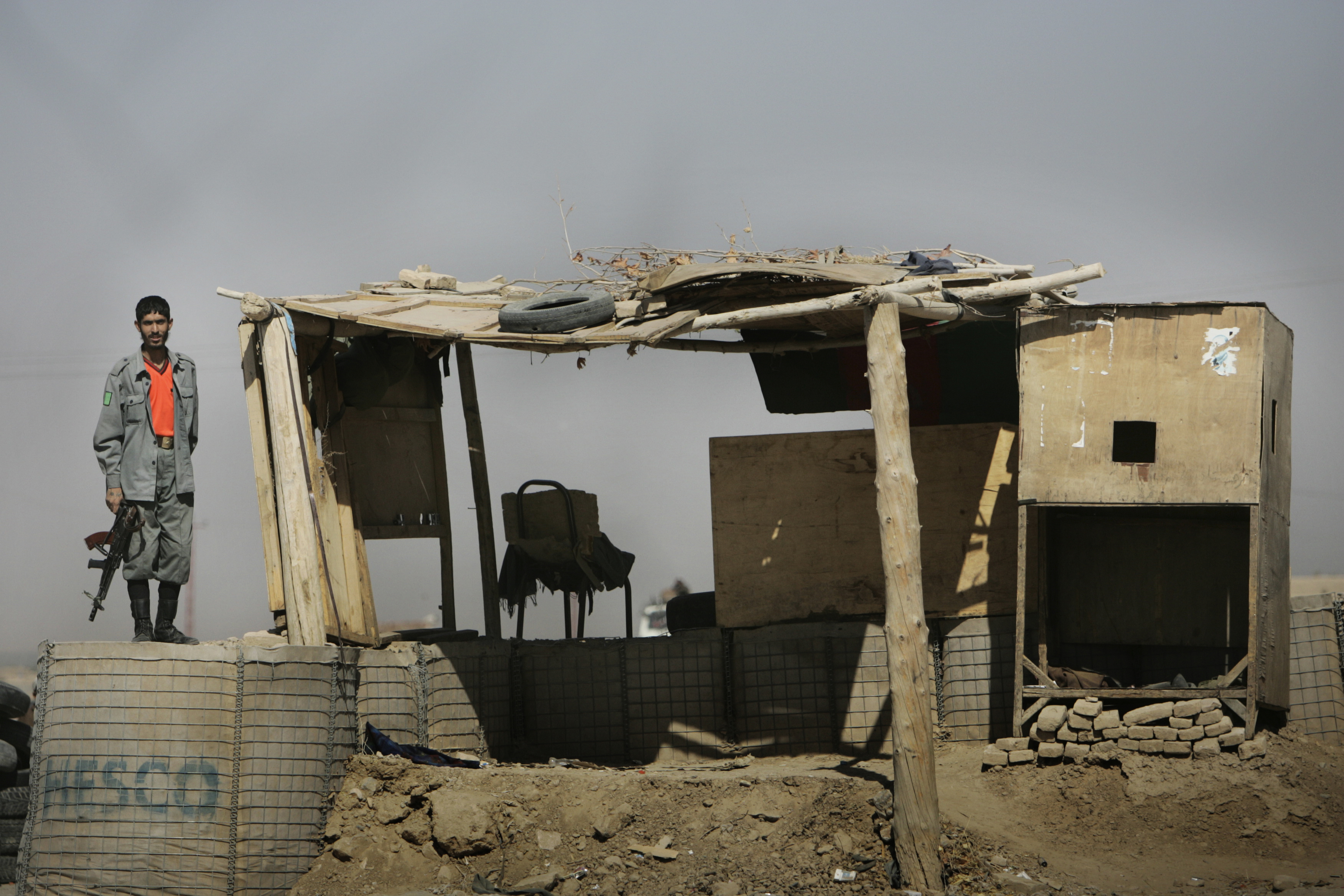 La police corrompue a peu de moyens pour combattre les Taliban, essuyant de nombreuses pertes humaines. Le poste de police à l'entrée de Kandahar, point stratégique, n'impréssionne pas.