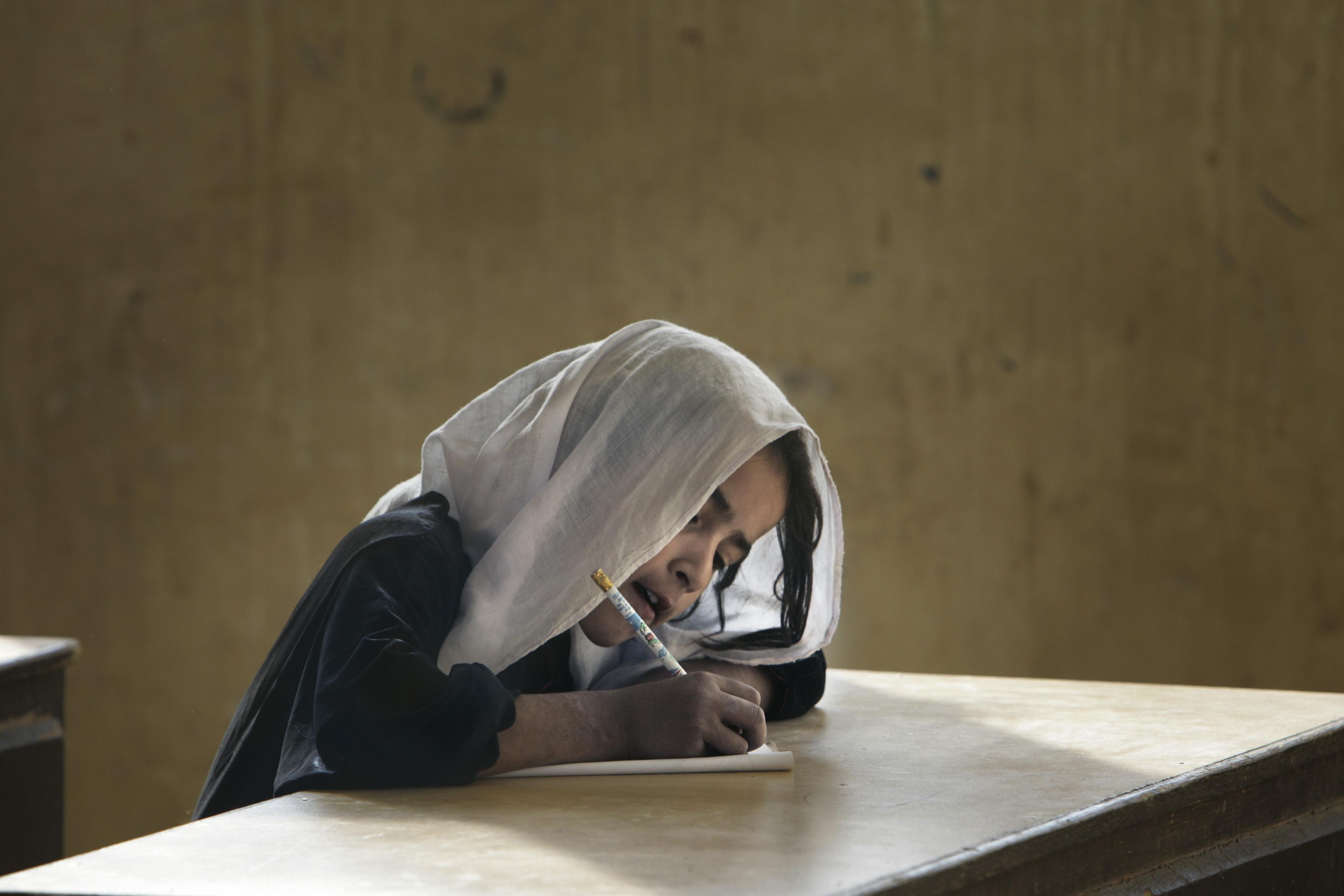 Il ne reste qu'une seule école pour filles dans toute la région du Helmand. La directrice est régulièrement menacée mais elle continue à se battre pour offrir une éducation aux jeunes afgahes mais, jusqu'à quand?