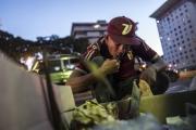 CARACAS, VENEZUELA- NOV, 2018: Affamés, ruinés beaucoup de Vénézuéliens mangent directement dans les poubelles. (Picture by Veronique de Viguerie/Reportage by Getty Images)