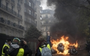 "PARIS, FRANCE - DECEMBER 01: Cars are put on fire nearby the Arc de Triomphe, on December 1, 2018 in Paris, France. The demonstrators, known as ""gilets jaunes"" or ""yellow vests,"" have protested across France for the last two weeks, demanding a reduction in fuel prices. French law requires drivers to carry yellow vests in case of accident. (Photo by Veronique de Viguerie/Getty Images)"