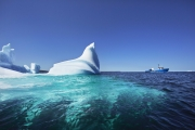 "BONAVISTA, NEWFOUNDLAND-JUNE, 2014: Le bateau d'Ed Kean, le ""Green Waters"" au milieu d'iceberg echoues dans la baie de Bonavista, a Terre Neuve. Ed Kean's vessel, the Green Waters in the middle of icebergs in Bonavista Bay. (Picture by Veronique de Viguerie/Reportage by Getty Images)."