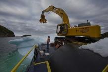 SWEET BAY, NEWFOUNDLAND- JUNE, 2014: Ed Kean a bord de la grue demande a Jack de tout arreter. L'iceberg est en train de se retourner. Il faut detacher la barge et s'en eloigner aussi rapidement que possible pour eviter l'accident. Ed Kean is asking Jack to stop everything. The iceberg is flipping. They have to detached the barge from the iceberg and move away as quick as possible. L'iceberg que l'equipe d'Ed Kean avait commence a recolte commence a se retourner. Ils doivent le laisser partir et en choisir un autre plus satble. The iceberg that Ed Kean and his team were harvesting started flipping. They had to let it go and chosse another one because it's too dangerous. (Picture by veronique de Viguerie/Reportage by Getty Images.)