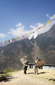SIMIGAON, NEPAl-APRIL, 2015: Les sherpas se baladent toujours avec leur panier pour porter. (Picture by Veronique de Viguerie/Reportage by Getty Images)