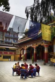 KATMANDOU, NEPAl-APRIL, 2015: Le temple, Gomba Sherpa, a été construit pour acceuillir les Sherpas qui vivaient dans les vallées en ville pour notamment les veillées funéraires. Aujourd'hui, le temple est un lieu de retrouvailles pour les sherpas âgés des vallées qui se retrouvent perdus et esseulés dans la capitale.  (Picture by Veronique de Viguerie/Reportage by Getty Images)