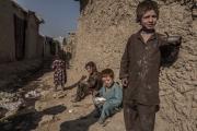 Dans ce camp de déplacés du Helmand à Kaboul, les petites filles portent la burqa dès l'âge de 7-8 ans. Ils ont fui les Taliban mais applique une charia très sevère.
