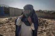 Le camp de déplacés de Charahi Qabmar Afshar. Ces déplacés viennent des régions du Helmand, des territoires controlés par les Talibans. Dans ces régions reculées, la charia est appliquée très strictement. Les petites filles s'entrainnent à marcher avec une burqa dès l'âge de 5,6 ans car a 9 ans elle leur sera obligatoire. Dans ces régions les fillettes sont mariées dès l'âge de 12 ans.