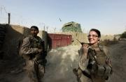NAWA, AFGHANISTAN- JULY, 2010- Caporale Heather Sample (22) et Sergeant Vanessa Jones (25) prépare une patrouille pour aller rendre visite à des veuves à partir du Camp Spider Monkey. Depuis mars 2010, les FET (Female Engagement Team), femmes Marines, se lancent dans l'offensive contre les Talibans dans la province du Helmand, dans le sud de l'Afghanistan. (Picture by Veronique de Viguerie/Reportage by Getty Images)
