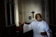 MANILA, PHILIPINES- JUNE, 2017: L'Eglise de Baclaran ne désemplit pas. Ouverte 24/24 7 jours sur 7, le mercredi et le dimanche les messes s'y enchainent juqu'à 23h00. Faisant parti de la congrégation des Redemptoristes, ses prêtres ont décidé de s'opposer à la guerre sur la drogue telle que menée par Duterte. Ils protègent des témoins et des vicyimes et montent un dossier contre le Président à présenter devant la Cour Internationale de Justice. A l'origine de cette oposition, le Père Amado Picardal, très actif sur les réseaux sociaux. The Baclaran Church is opened 24 7. Part of the Redemptorist congregattion, its priests are opposed to Duterte War on drug. They shelter some of the victims and are trying to put a case against the president to the International Court of Justice. This oposition got started by Father Amado Picardal, very active on social network to get the awarness of public opinion. (Picture by Veronique de Viguerie/ Reportage by Getty Images)