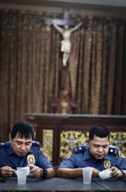 "MANILA, PHILIPINES- JUNE, 2017: Des policiers assistent à la première réunion de ceux qui se sont rendus pour intégrer le programme de réhabilitation du Père Bobby De La Cruz. Pour être enlevés de la liste les ""rendus"" devront suivre un programme de 6 mois avec des test de drogue fréquents, des boulots d'intérêt général etc.  Policemen assist to the first meeting of the surrenders who are integrated the rehabilitation program initiated by Father Bobby De la Cruz. To be taken of THE list, the surrendres would have to spend 6 months with frequent drug tests, general interest workd, prayers etc.  (Picture by Veronique de Viguerie/ Reportage by Getty Images)"