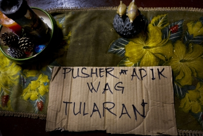 MANILA, PHILIPPINES - OCT, 2016: The borad left by the executioners accusing Flor John of being a drug user and a pusher. Flor John (34), drug user, was executed by some apparent policemen at his house on the 19th of October. He was the father of three and married with Rita Cruz.  (Picture by Veronique de Viguerie/ Reportage by Getty Images).