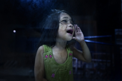MANILA, PHILIPPINES - OCT, 2016: A girl outside a police station is shouting to her dad in the cell of the police station.  (Picture by Veronique de Viguerie/ Reportage by Getty Images).