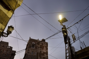SAANA, YEMEN- 2017, OCT: Il n'y a plus d'electricité dans la capitale de Sanaa. Quelques lampadaires fonctionnent grâce à des panneaux solaires et les habitants qui peuvent se l'offrir ont un générateur qui fonctionne au fuel, de plsu en plus rare et cher à cause du blocus imposé par l'Arabie Saoudite.  Sanaa the capital has no electricty since the war started. Some streets lights are being furnished by solar system. The rich people used generator but again with the blockade the fuel price is rising and beacomes unaffordable.   (Picture by Veronique de Viguerie/Reportage by Getty Images)