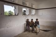 """SAADA, YEMEN- 2017, OCT: Des enfants retournent dans leurs écoles,  cibles de bombardements aériens. Mais les professuers non payés depuis plus de 10 mois ne sont plus là. Ils sont remplacés par des volontaires Houthis non qualifies qui poussent les enfants à rejoinder l'armée en manqué cruel de """"chair à canon"""".Children are going back to school after they were targeted by airstrikes. Eventhough teachers are not teaching anymore since they are not getting paid since more than 10 months. Instead children are underwatched by unqualified Houthis.(Picture by Veronique de Viguerie/Reportage by Getty Images)"""
