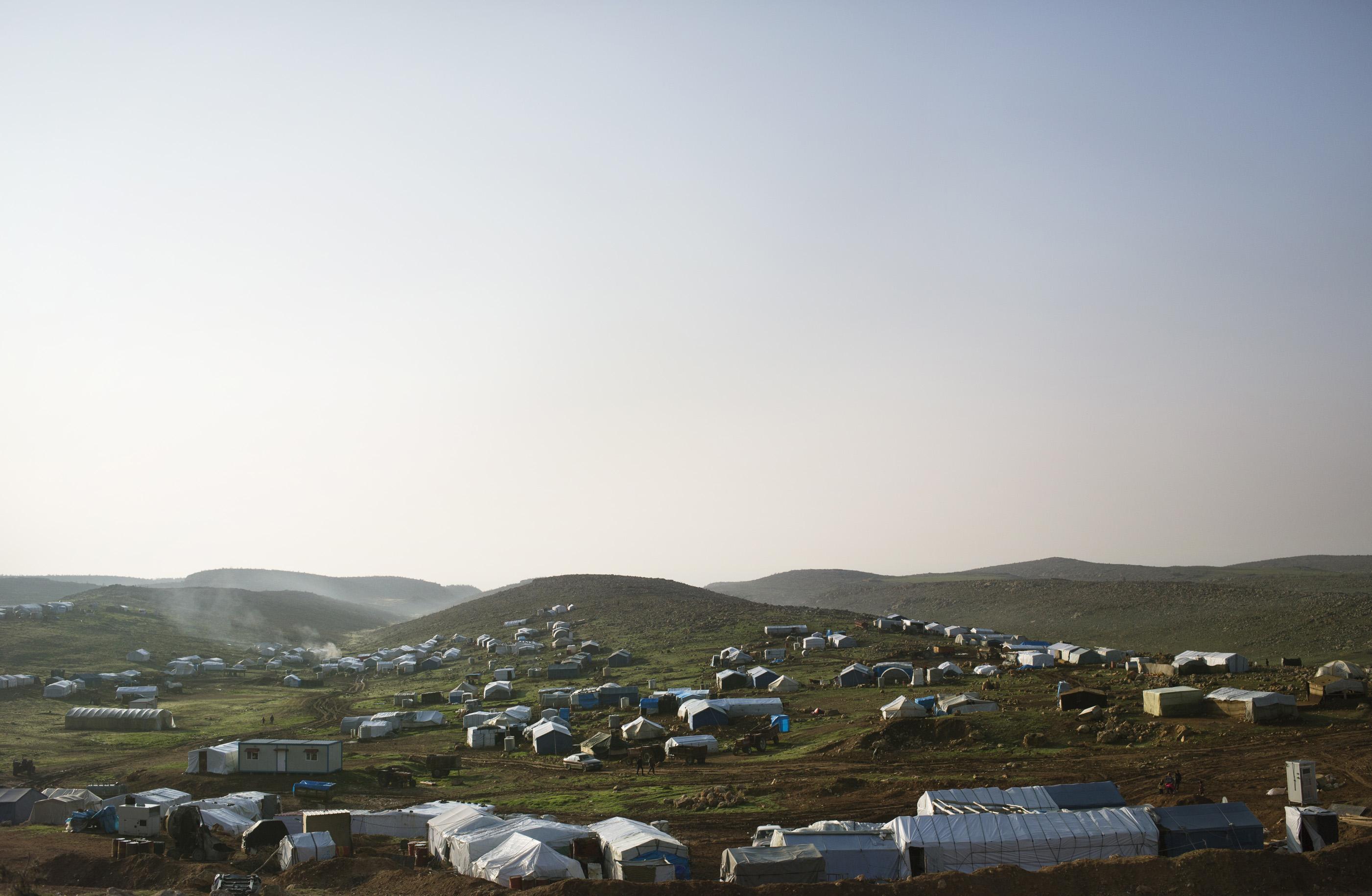 SINJAR, KURDISTAN, IRAQ- FEBRUARY, 2016: Aux portes de la ville martyr de Sinjar, les camps de refugiés Yezidis s'étalent. Les habitants traumatisés n'osent pas rentrer chez eux, dans une ville totalement detruite où les obus et les motiers pleuvent toujours. .(picture by Veronique de Viguerie/ Reportage by Getty Images )