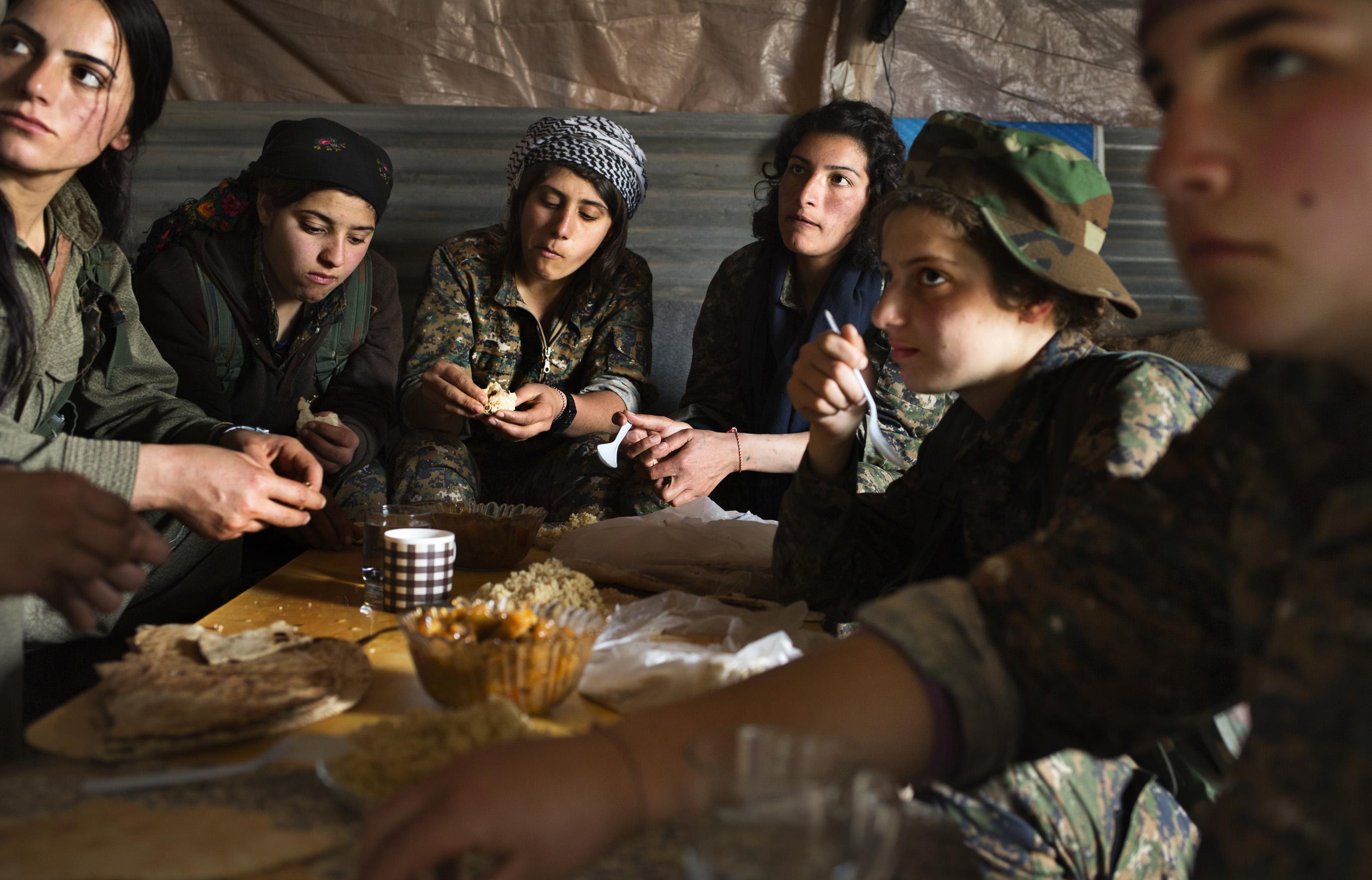SINJAR, KURDISTAN, IRAQ- FEBRUARY, 2016: Norouz (21) à droite, Yezidie a ses cousines aux mains de Daech. Il y a 3 mois, elle s'est enfuie de chez ses parents pour rejoindre les rangs du YBS. Aujourd'hui sur un poste avancé à 1 km seulment des positions enemies de Daech. .(picture by Veronique de Viguerie/ Reportage by Getty Images )