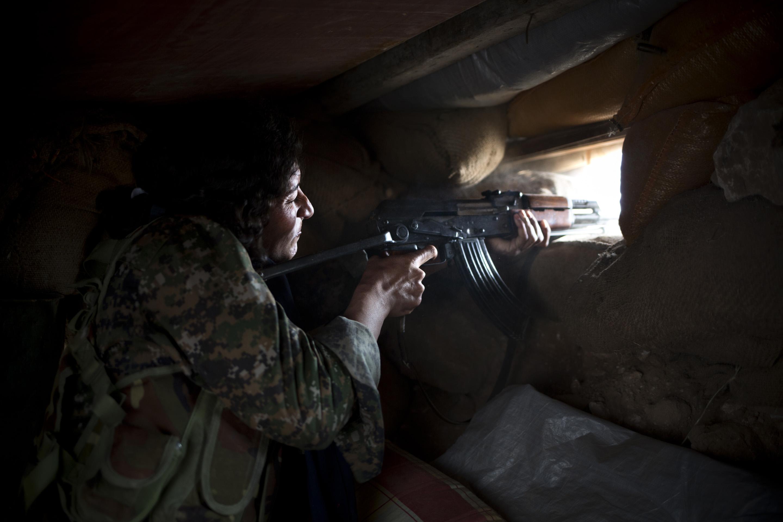 SINJAR, KURDISTAN, IRAQ- FEBRUARY, 2016: Norouz (21) à Yezidie a ses cousines aux mains de Daech. Il y a 3 mois, elle s'est enfuie de chez ses parents pour rejoindre les rangs du YBS. Aujourd'hui sur un poste avancé à 1 km seulment des positions enemies de Daech. Elle veut les venger et ne sera plus jamais cette femme Yezidie traditionnelle qui reste passive à la maison.(picture by Veronique de Viguerie/ Reportage by Getty Images )