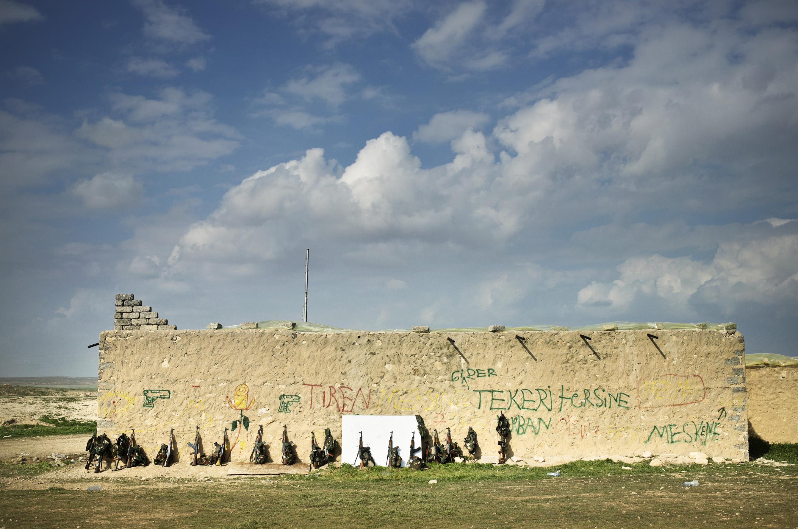 SINJAR, KURDISTAN, IRAQ- FEBRUARY, 2016: Commandante Raparin (38) a rejoint la guérilla il y a 23 ans. Aujourd'hui. elle est chargée de former toutes les nouvelles recrues Yezidies pour les combats à venir. (picture by Veronique de Viguerie/ Reportage by Getty Images )