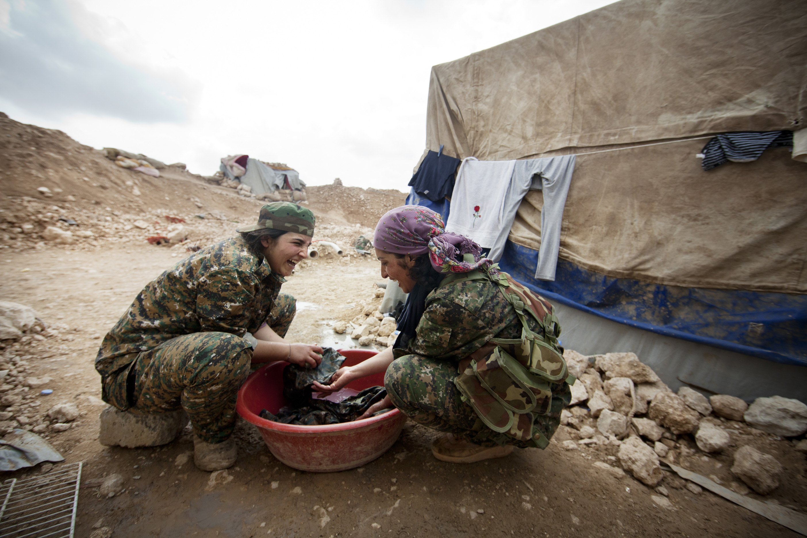 SINJAR, KURDISTAN, IRAQ- FEBRUARY, 2016: Norouz (21) (foulard rose) faist sa lessive. Leur poste se trouve à 1 km seulment des positions enemies de Daech. .(picture by Veronique de Viguerie/ Reportage by Getty Images )