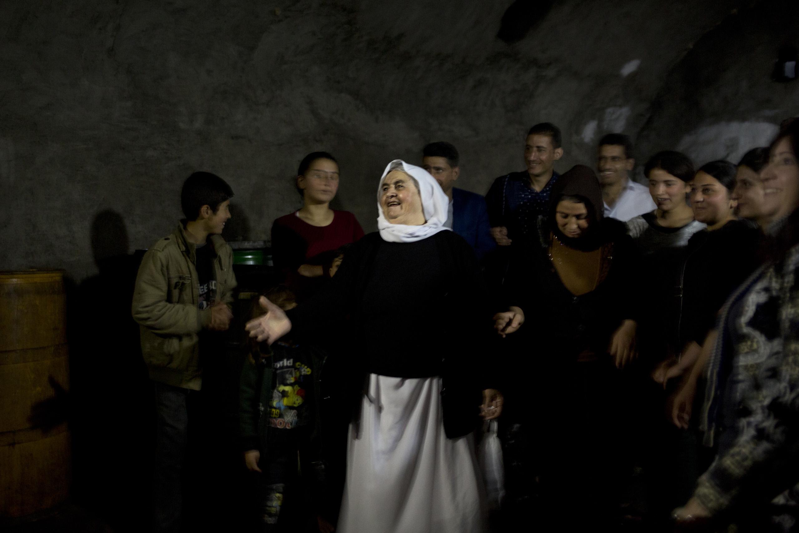 LALESH, KURDISTAN, IRAQ- FEBRUARY, 2016: Shilan (casquette) Yezidie combattante du YBS marchent avec sa camarade dans les ruines de la ville martyr de Sinjar. Des obus et des mortiers de Daech continuent de tomber. (picture by Veronique de Viguerie/ Reportage by Getty Images )