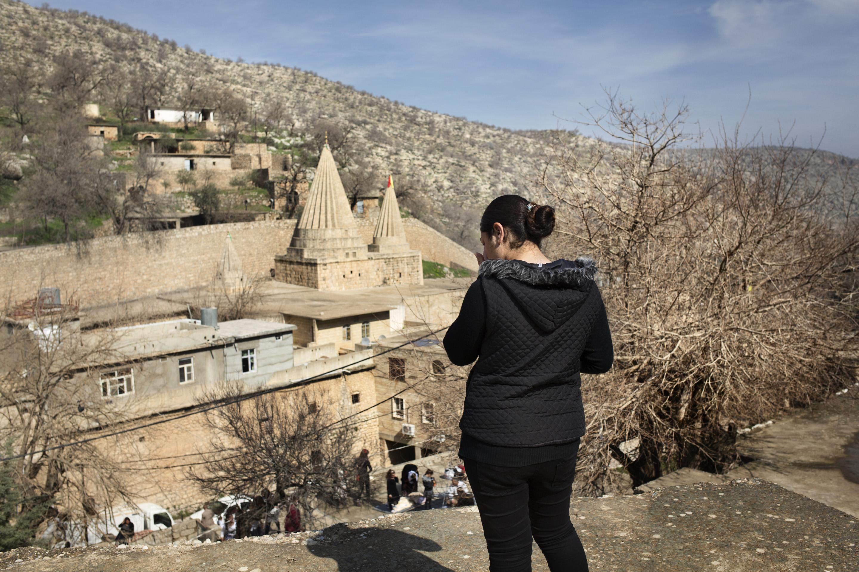 LALESH, KURDISTAN, IRAQ- FEBRUARY, 2016: Nouda (19) victime de Daesh, violée, vendue puis rachetée est la première à être aller se confier à Baba Shawish. Elle craignait que la société très traditionnelle des Yezidis, les condamnent à mort à leurs retours. En se replongeant dans ces cauchemars, Nouda craque.  (picture by Veronique de Viguerie/ Reportage by Getty Images )