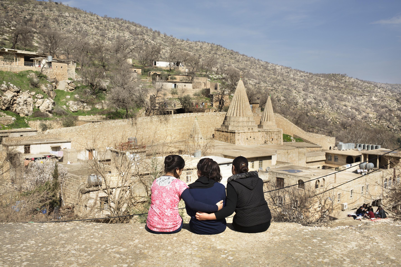 """LALESH, KURDISTAN, IRAQ- FEBRUARY, 2016: Jamila (14), Alis (19) et Nouda (19) ont toutes les 3 été enlevées par Daesh. Elles ont été vendues, violées, brutalisées avant d'etre rachetées. Elle se rendent dès qu'elles peuvent au temple Yezidi de Lalesh où elles viennent se """"purifier"""" et se ressourcer. (picture by Veronique de Viguerie/ Reportage by Getty Images )"""