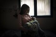 CARACAS, VENEZUELA- NOV, 2018: Isabela (15) a donné naissance à Thiago, il y a un mois. Il y a quelques mois, le gouvernement offrait un salaire minimum pour chaque nouveau né affilié au carnet de la patrie. (Picture by Véronique de Viguerie/Reportage by Veronique de Viguerie)