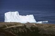ST JOHN'S, NEWFOUNDLAND-JUNE, 2014: Des touristes admirent un iceberg echoue dans la baie de Fort Hampers a Saint Jean, a Terre Neuve.  An iceberg and Fort Hampers in St John's. From Signal Hill. (Picture by Veronique de Viguerie/Reportage by Getty Images).