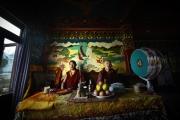 """KATHMANDU, NEPAL-APRIL, 2015: Très croyants, les sherpas font souvent appel aux moines pour organiser des """"puja"""", des cérémonies où l'on invoque la protection des Dieux à l'aide d'offrandes. (Picture by Veronique de Viguerie/Reportage by Getty Images)."""