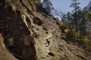 BEDING, NEPAl-APRIL, 2015: Deux porteurs chargés de 50 kg chacun, acheminent des lentilles, du sucre et fèves de Chhechhet à Beding pour quelques roupies népalaises. Devant eux s'élève le mont Chekigo 6257m. (Picture by Veronique de Viguerie/Reportage by Getty Images)