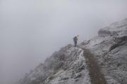 NA, NEPAL-APRIL, 2015: Danu Sherpa, guide, transporte toujours son parapluie pour ne pas se laisser surprendre par une tempête de neige en montant au village de Na. (Picture by Veronique de Viguerie/Reportage by Getty Images)