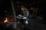 UTTISKHARKA, NEPAL-APRIL, 2015: Bar d'altitude. Les porteurs s'y arretent pour boire du vin de millet. (Picture by Veronique de Viguerie/Reportage by getty Images)