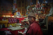 SIMIGAON, NEPAl-APRIL, 2015: Un jeune homme de 21 ans est décédé. Sa famille doit inviter tout le village à festoyer pendant trois jours complets. Temple de Simigaon. (Picture by Veronique de Viguerie/Reportage by Getty Images)