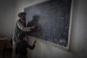 Bienvenue en territoire Taliban. Une partie du Wardak au sud  de Kaboul est totalement administrée par les Taliban. Aucune école de filles sur le territoire Taliban, que pour les garcons avec un enseignement presqu'uniquement religieux.
