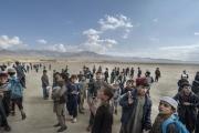 L'école des garcons ferment ses portes plus tôt que prévu, des drônes tournent dans le ciel et les combats entre l'arméé Afghane et les Taliban fait rage a quelques kilomètres de là. Les enfants rentrent se mettre à l'abri.