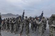 Les nouvelles recrues de l'armée s'entrainne près de Kaboul.