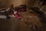COX BAZAR, BANGLADESH- SEPT, 2018: Un bébé à coté du lit de sa mère. (Picture by veronique de Viguerie/Getty Reportage)