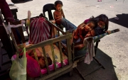 MANILA, PHILIPINES- JUNE, 2017: une famille dort dans la rue à Manille.  A poor family is sleeping in the streets in Manila. (Picture by Veronique de Viguerie/ Reportage by Getty Images)