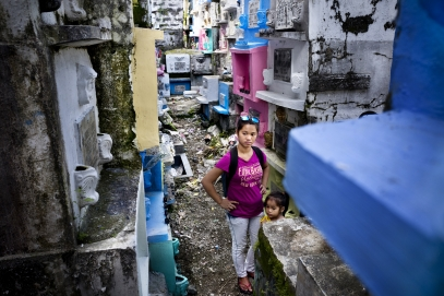 MANILA, PHILIPPINES - OCT, 2016: Justine (21) and her 3-years-old daugher Angelica are watching the burial of their husband and father, Herman Gatbonton (61), drug user, killed on the 7th of october. He was on the Watch List. (Picture by Veronique de Viguerie/ Reportage by Getty Images).
