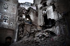 SAANA, YEMEN- 2017, OCT: Une maison detruite dans un bombardement de l'Arabie Saoudite dans le vieille ville de Sanaa qui a fait plusieurs victimes civiles.   A house destroyed by Saoudi Arabia airstrike in Sanaa old city. A old family died.   (Picture by Veronique de Viguerie /Reportage by Getty Images)