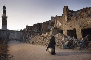 SAADA. YEMEN-OCT, 2017: une femme fuie avec sa valise la ville de Saada, fief houthi, déclarée zone de guerre et cible de bombardements aériens reguliers et très meurtriers.A woman is fleeing with her suitcase Saada. The city, houthi stronghold, was declered war zone and it's targeted very often by lethal airstrikes.
