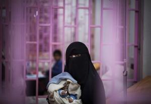 SAANA, YEMEN- 2017, OCT: Une mère et son bébé testé positif au choléra à l'hôpital Sabeen de Sanaa.A mother and her baby tested positive to cholera at Sabeen hospital.(Picture by Veronique de Viguerie/Reportage by Getty Images)