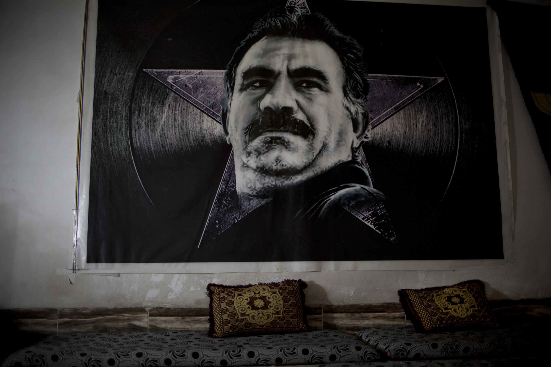 SINJAR, KURDISTAN, IRAQ- FEBRUARY, 2016: Les combattantes du YBS dont font parti beaucoup de Yezidies attendent de prendre les villages autour de la ville de Sinjar toujours aux mains de Daech. Au mur, le fondateur du mouvement revolutionnaire kurde le PKK, Abdullah Ochalan. (picture by Veronique de Viguerie/ Reportage by Getty Images )  Abdullah Öcalan, connu sous le nom d'Apo, né le 4 avril 1949 dans le village de Ömerli (Amara en kurde), rattaché à la ville de Halfeti à Urfa, est l'un des fondateurs et le dirigeant du Parti des travailleurs du Kurdistan (PKK, Partiya Karkêren Kurdistan), organisation considérée comme terroriste par la Turquie, les États-Unis et l'Union européenne entre autres. Après avoir été capturé au Kenya au cours d'une opération menée conjointement par les services secrets turcs, américains1 et israéliens le 15 février 1999, il est jugé le 28 avril 1999 pour trahison à la nation (d'après la loi 125 du code pénal turc) et condamné à mort le 29 juin 1999 pour avoir fondé et dirigé une organisation armée considérée comme terroriste. La peine est commuée en prison à vie en 2002 lorsque la Turquie abolit la peine de mort dans la perspective de son adhésion à l'Union Européenne.