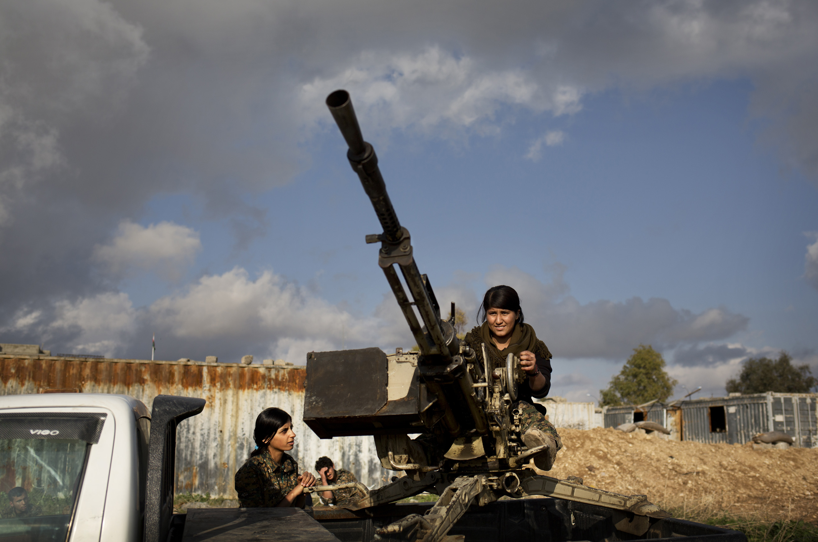 SINJAR, KURDISTAN, IRAQ- FEBRUARY, 2016: Formation à la doushka pour ces jeunes Yezidies qui viennent de rejoindre les rangs des combattantes du YBS. (picture by Veronique de Viguerie/ Reportage by Getty Images )